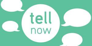 Fundo verde com o logótipo com um circulo branco e as palavras Tell Now com balões de diálogo à volta
