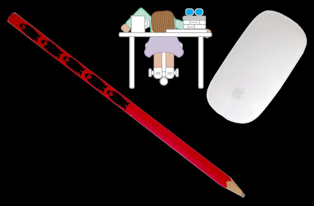 Fotografia de um lápis e de um rato de computador, atrás e no centro encontra-se a mascote da Tell Now com a cabeça pousada numa secretária. Em cima da mesma encontra-se uma caneca e livros ao lado.